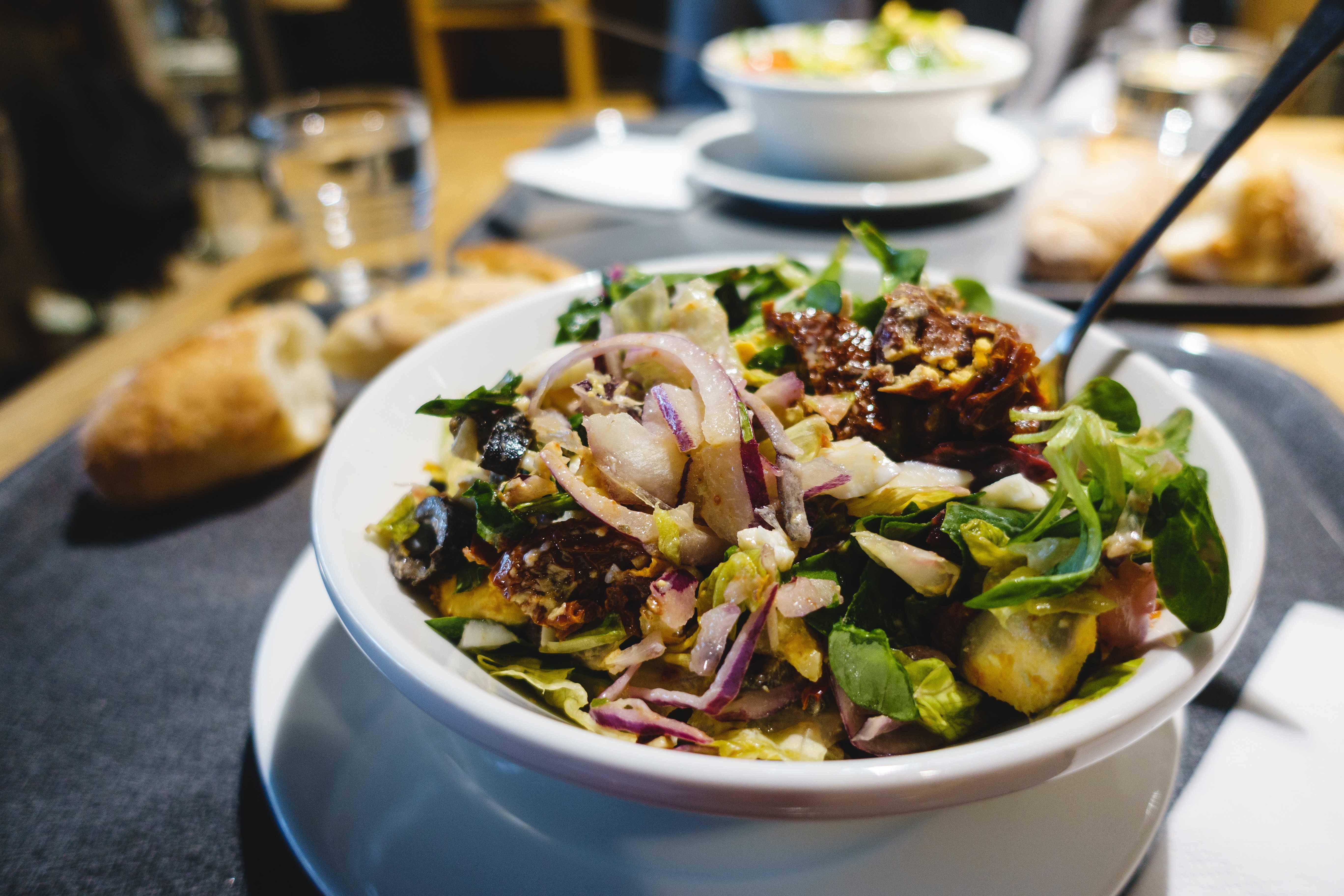 Salade de légumes et sardines fumées